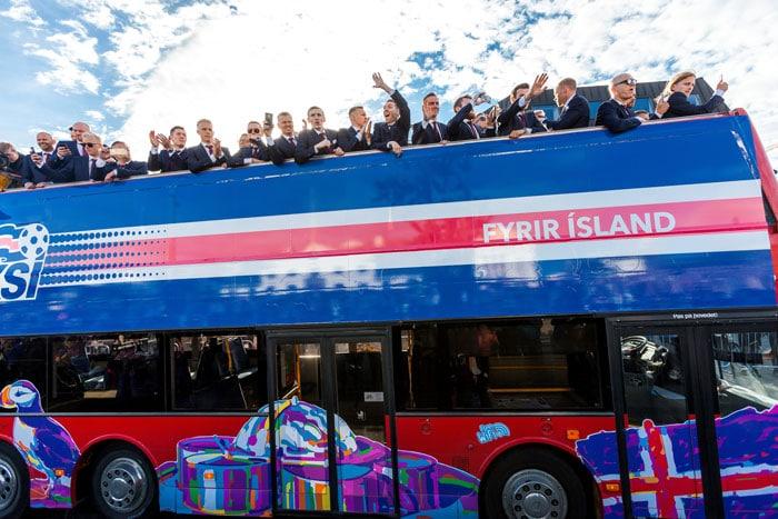 Das isländische Nationalteam in Reykjavik am 4.Juli 2016 in einem Bus, die Menschen an der Straße empfangen ihr Team / AFP PHOTO / Karl Petersson