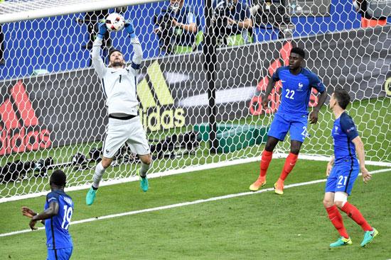 Frankreichs Torwart Hugo Lloris (2L) hält den Ball von Eder, beste Chance für Portugal! PHILIPPE LOPEZ / AFP