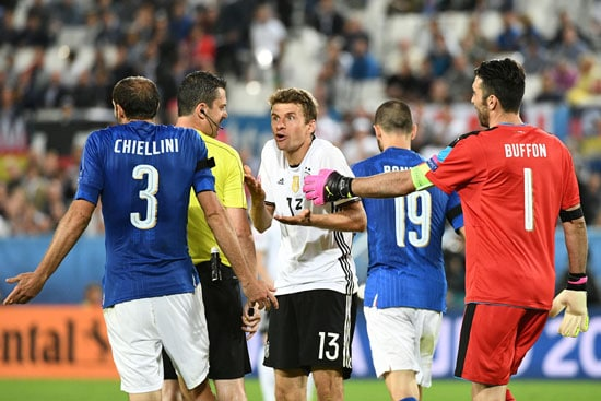 Italiens Giorgio Chiellini und Thomas Mueller diskutieren mit Schiri Viktor - Bufofn kommt zum schlichten.  / AFP PHOTO / VINCENZO PINTO
