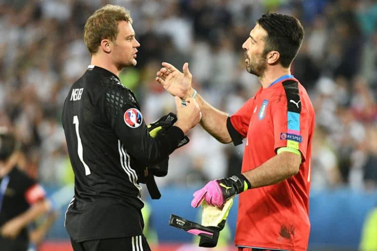 Gianluigi Buffon (gratuliert Manuel Neuer zum Gewinn des EM-Viertelfinale nach Elfmeterschießen am 2.Juli 2016. / AFP PHOTO / VINCENZO PINTO