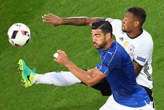 Pelle im Zweikampf mit Jerome Boateng - Mehdi FEDOUACH / AFP