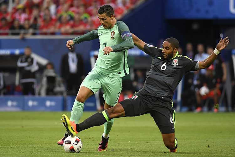 Cristiano Ronaldo und Wales' Ashley Williams beim EM-Halbfinale im Parc Olympique Lyonnais stadium in DÈcines-Charpieu, am 6.Juli 2016. / AFP PHOTO / PHILIPPE DESMAZES