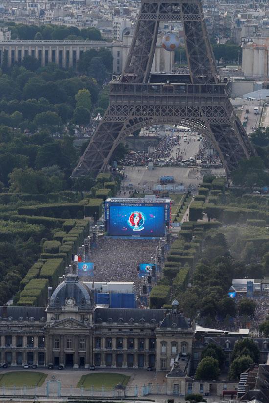 Ein Bild vom Tour Montparnasse zeigt die Gegend um den Champs de Mars beim Eifelturm am 10.Juli 2016 in Paris. / AFP PHOTO / Thomas SAMSON