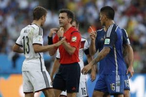 Thomas Müller diskutiert mit Schiedsrichter Nicola Rizzoli beim 2014 FIFA World Cup finale im Maracana Stadium in Rio de Janeiro, Brazil am13.Juli 2014. AFP PHOTO / ADRIAN DENNIS