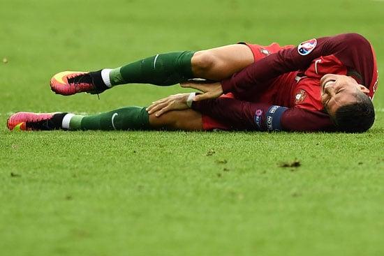 Cristiano Ronaldo wird gefoult - muss er raus? / AFP PHOTO / FRANCK FIFE
