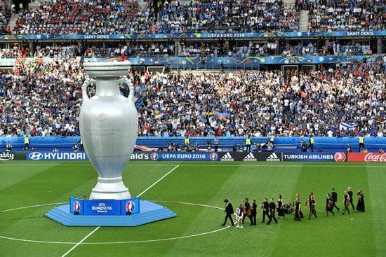 Die Schlußfeier beginnt vor dem EM-Finale Portugal gegen Frankreich im Stade de France in Saint-Denis, north of Paris, on July 10, 2016. / AFP PHOTO / PHILIPPE LOPEZ