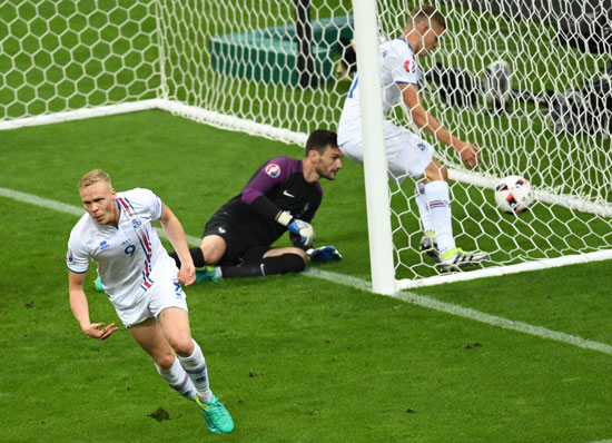 Kolbeinn Sigthorsson erzielt das 1:4 für Island gegen Frankreich in Saint-Denis, near Paris, on July 3, 2016. Francisco LEONG / AFP
