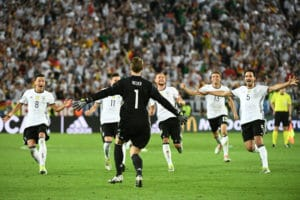 Deutschland ist im EM-Halbfinale - dank Manuel Neuer, der einen starken Auftrigg im Elfmeterschießen hinlegt! / AFP PHOTO / VINCENZO PINTO