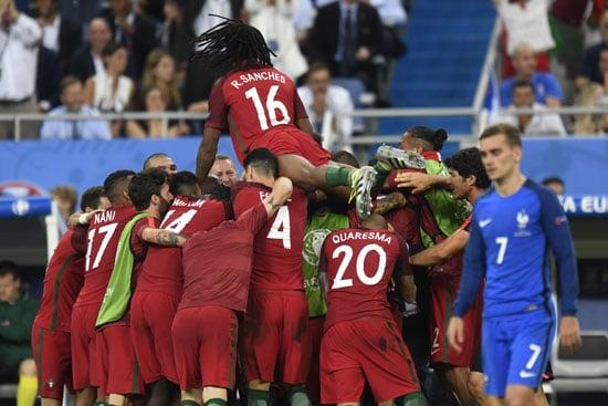 Portugal's Spieler feiern das 1:0 im EM-Finale. PHILIPPE DESMAZES / AFP