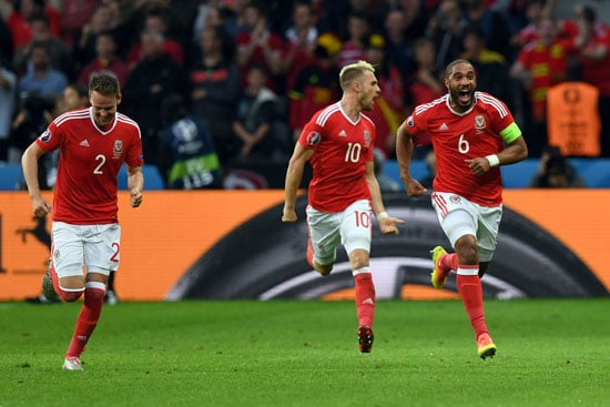 Wales' Ashley Williams feiert sein 1:1 gegen Belgien! / AFP PHOTO / PAUL ELLIS