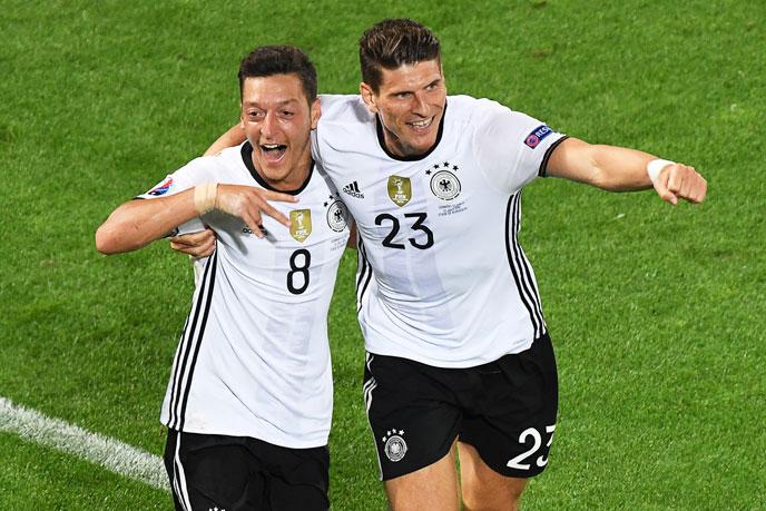 Mesut Oezil (L) und Mario Gomez feiern das Tor beim EM-2016 Viertelfinale gegen Italien. / AFP PHOTO / Mehdi FEDOUACH