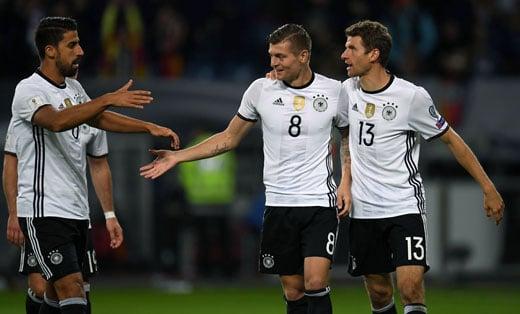 Toni Kroos, Sami Khedira und Thomas Müller (R) feiert das 3:0 gegen Tschechien. / AFP PHOTO / PATRIK STOLLARZ