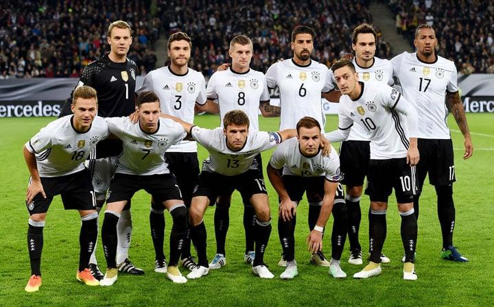 Die deutsche Aufstellung vor dem Länderspiel gegen Tschechien am 8.Oktober 2016: Deutschland ist wieder die Nummer 2 der FIFA Weltrangliste / AFP PHOTO / PATRIK STOLLARZ