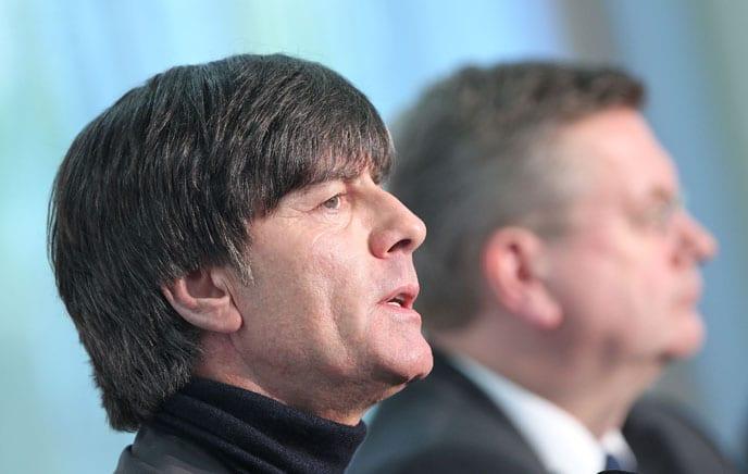Joachim Löw verlängerte am 31.10.2016 seinen Vertrag als Bundestrainer vorzeitig bis zur EM 2020. DFB-Präsident Grindel ist sichtlich erleichtert! / AFP PHOTO / DANIEL ROLAND