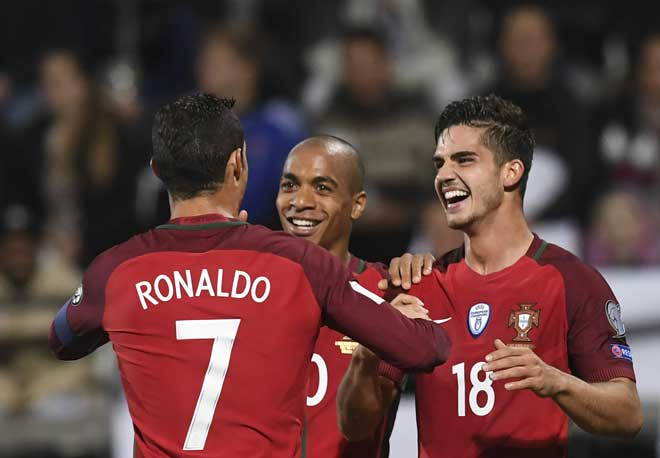 Portugal's Andre Silva (R) , Joao Mario (C) und Cristiano Ronaldo beim WC 2018 football qualificationsspiel gegen die Färöer in Torshavn am 10.Oktober 2016. / AFP PHOTO / FRANCISCO LEONG