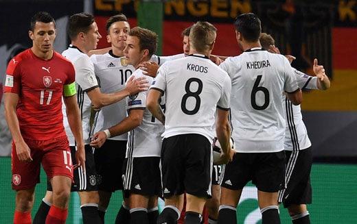Thomas Müller erzielt das 1:0 gegen Tschechien im Wm-Qualifikationsspiel am 8. Oktober 2016. / AFP PHOTO / PATRIK STOLLARZ