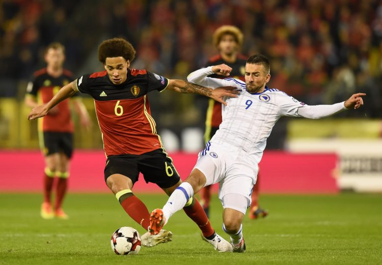 Belgiens Axel Witsel (L) gegen Bosniens Vedad Ibisevic am 7.Oktober 2016 in Brussels. / AFP PHOTO / JOHN THYS