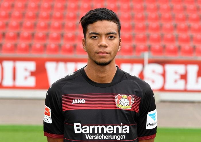Benjamin Henrichs im Dress von Bayer 04 Leverkusen. Henrichs spielt seit der Saison 2015/16 für die erste Mannschaft der Werkself. / AFP PHOTO / PATRIK STOLLARZ