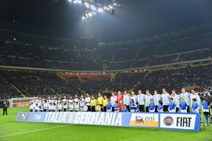 Deutschland und Italien beim Nationalhymnen singen am 15.November 2016 im 'San Siro Stadium' in Milan. / AFP PHOTO / GIUSEPPE CACACE