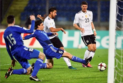 Sami Khedira (L) trifft gegen San Marino / AFP PHOTO / VINCENZO PINTO