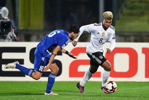Serge Gnabry in seinem 1.Länderspiel gegen San Marino in Serravalle am 11.November 2016. / AFP PHOTO / VINCENZO PINTO