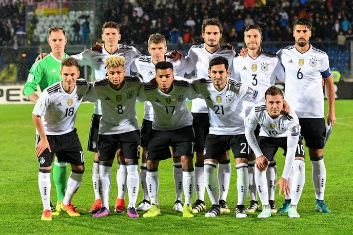 Die Startaufstellung gegen San Marino am 11.11.2016 AFP PHOTO / VINCENZO PINTO