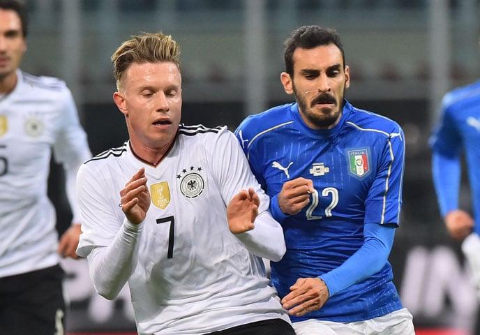 GDEr Italiener Giuseppe Zappacosta gegen den Debütanten Yannick Gerhardt am 15.11.2016 in Mailand (Foto AFP). GIUSEPPE CACACE / AFP