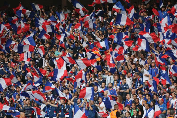 Französische Fans jubeln im Stadion.