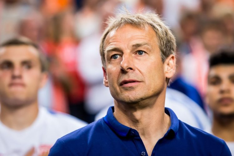 Ein nachdenklicher Jürgen Klinsmann während eines Spiels der US-Nationalmannschaft