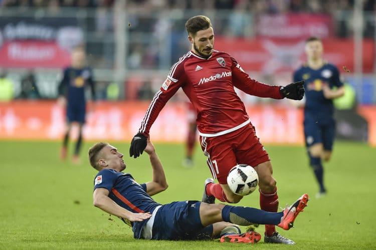 Leipzig's Stefan Ilsanker (L) foult Ingolstadt's Mathew Leckie in der Bundesliga am 10.Dezember 2016. / AFP PHOTO / GUENTER SCHIFFMANN