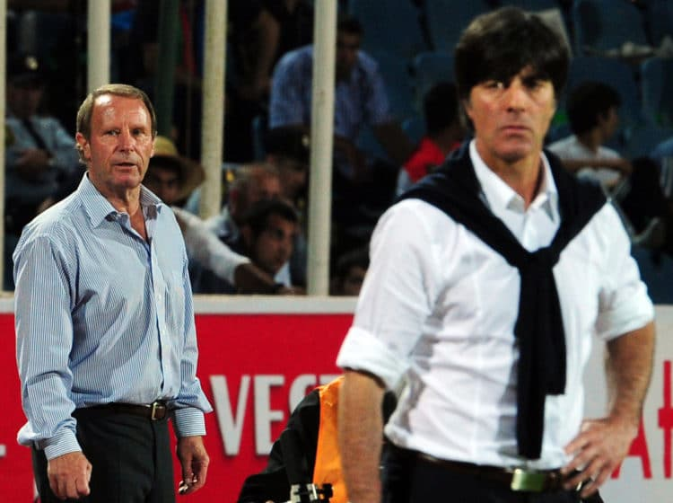 Ein Foto aus 2011: Bundestrainer Joachim Löw und Ex-Bundestrainer Berti Vogts, der die Nationalmannschaft von Azerbaidschan trainierte - Euro 2012 qualifier football match am 7.Juni 2011 in Baku. AFP PHOTO / JOHANNES EISELE