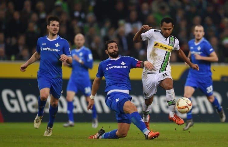 Mönchengladbach's Raffael und Darmstadt's Kapitän Aytac Sulu am 20. Dezember 20, 2015. / AFP / PATRIK STOLLARZ