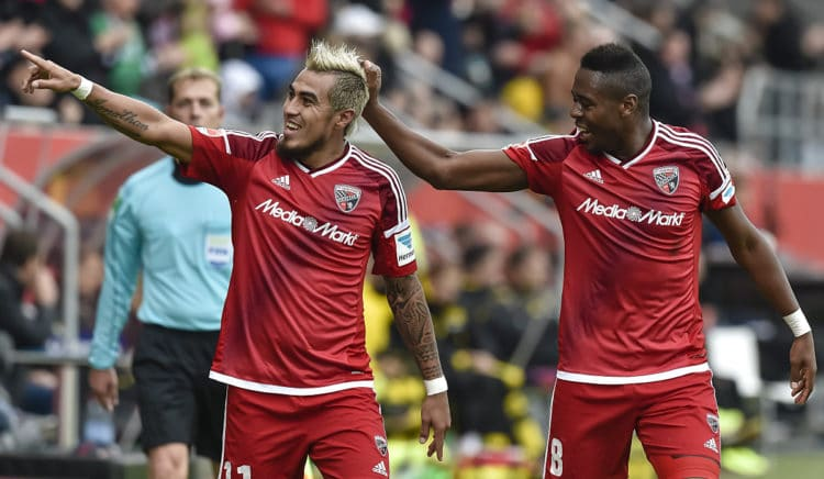 Ingolstadt's Dario Lezcano (links, aus Paraguay) feiert sein Tor mit dem Brasilianer Roger de Oliveira Bernardo gegen Borussia Dortmund in Ingolstadt am 22.Oktober 2016. GUENTER SCHIFFMANN / AFP