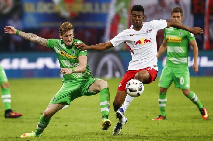 Mönchengladbach's Stürmer Andre Hahn (L) und RB Leipzig's Bernardo Fernandes da Silva Junioram 21.September 2016. / AFP PHOTO / Odd ANDERSEN