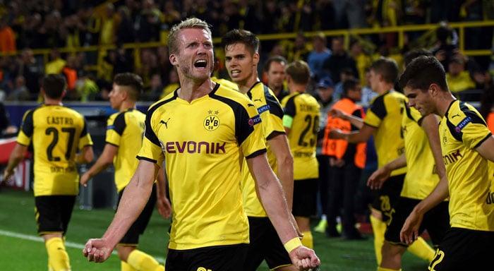 Dortmund's André Schuerrle jubelt. Heute kann er seiner Mannschaft gegen Tottenham wegen einer Verletzung nicht helfen. / AFP PHOTO / PATRIK STOLLARZ