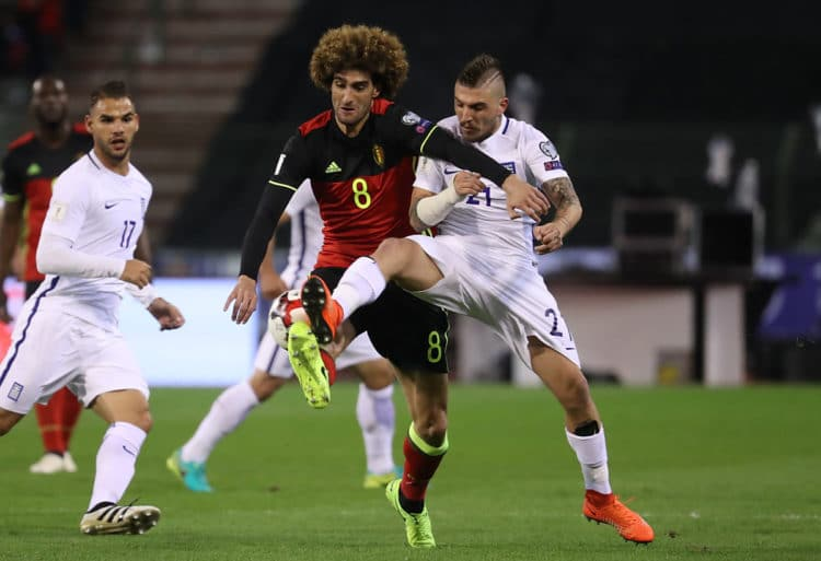 Der Belgier Marouane Fellaini (Links) und der Grieche Kostas Stafylidis vom FC Augsburgin der WM Qualifikation am 25.März 2017. AFP PHOTO / Belga / VIRGINIE LEFOUR