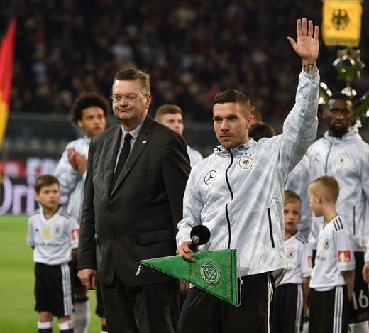 Lukas Podolski wird vor seinem letzten Länderspiel geehrt. PATRIK STOLLARZ / AFP