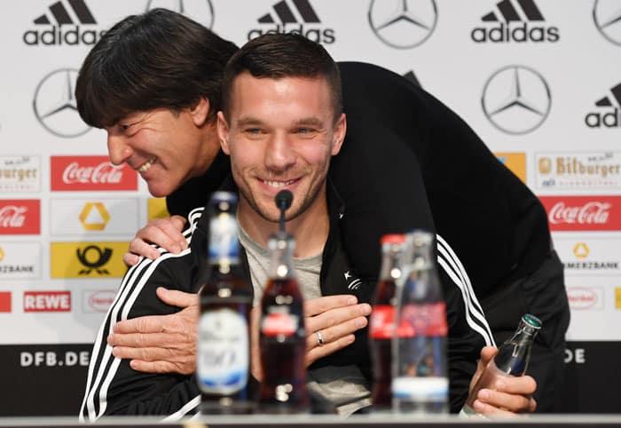 Lukas Podolski und Bundestrainer Joachim Löw bei der Pressekonferenz am 21.März 2017 vor dem Testspiel gegen England. / AFP PHOTO / PATRIK STOLLARZ