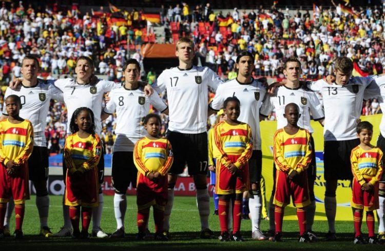 Deutschland spielte im WM 2010 Trikot von Adidas. AFP PHOTO / JOHN MACDOUGALL