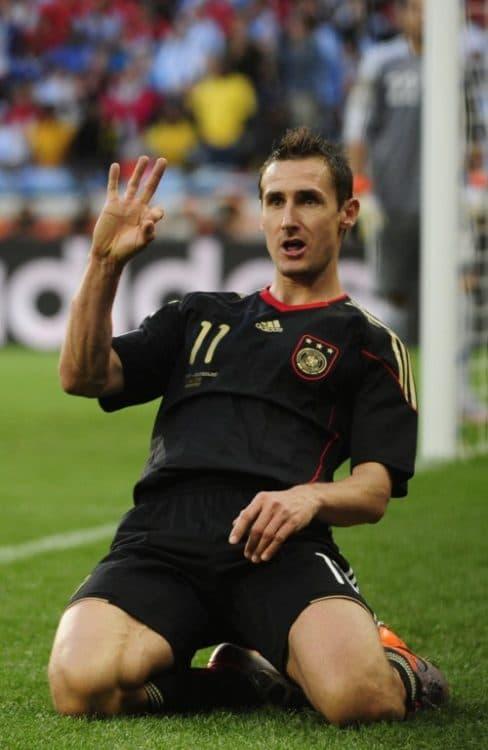 Miroslav Klose im schwarzen DFB-Trikot 2010 (AFP PHOTO / JOHN MACDOUGALL)