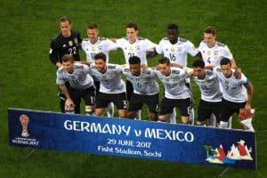 Startaufstellung Deutschlands beim Confed Cup Halbfinale gegen Mexiko./ AFP PHOTO / Patrik STOLLARZ