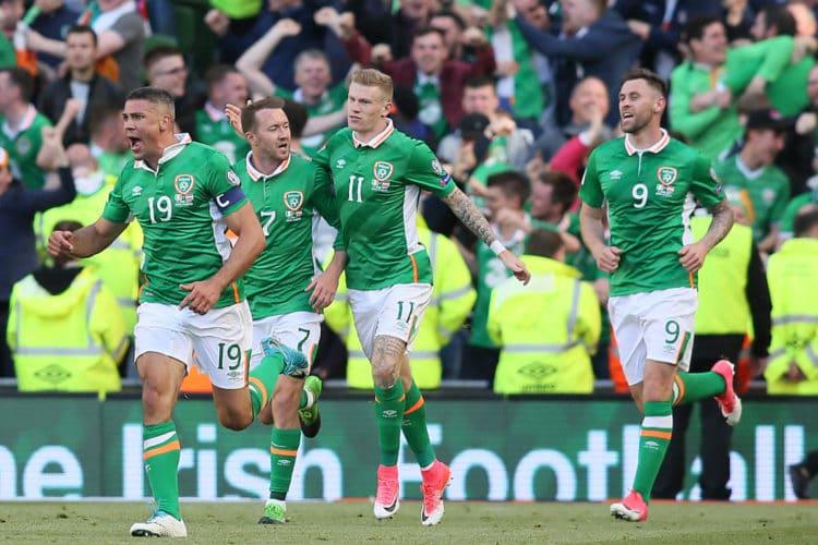 Irlands Stürmer Jonathan Walters (L) feiert sein Tor gegen Österreich im Aviva stadium in Dublin am 11.Juni 2017.
