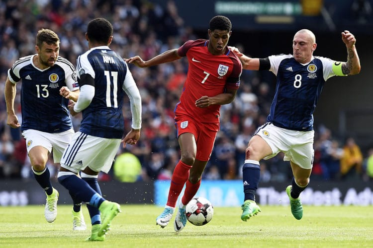 England's Stürmer Marcus Rashford (2nd R) gegen die Schotten James McArthur (L), Ikechi Anya und Scott Brown (R) im Hampden Park in Glasgow am 10.Juni 2017. AFP PHOTO / ANDY BUCHANAN
