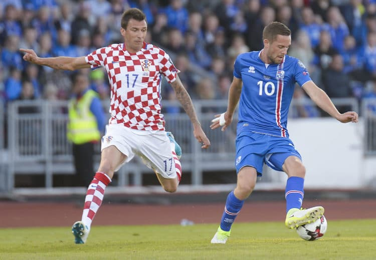 Island steht kurz vor der nächsten großen Sensation, der direkten Qualifikation für die WM in Russland. Hier im Bild: Kroatiens Mario Mandzukic und Islands Nummer 10 Gylfi Sigurdsson. Photo: AFP.