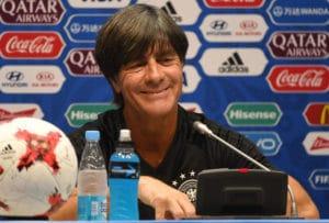 So gut wie bei dieser Pressekonferenz konnte Bundestrainer Löw auch nach dem Spiel gegen Kamerun sein. Sein Team schenkte ihm im 150. Spiel den 100. Sieg und die Halbfinalteilnahme beim Turnier. / AFP PHOTO / PATRIK STOLLARZ