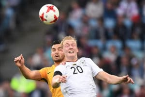 Julian Brandt beim Kopfballduell gegen Australien (3:2). Seine bisher starken Leistungen könnten der Schlüssel zum Erfolg für den DFB im schweren Spiel gegen Chile werden. Photo: AFP.
