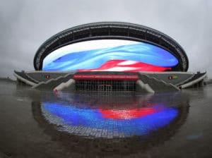 Die Kasan Arena kurz nach ihrer Fertigstellung 2014. Die Russische Fahne wurde in Überlebensgröße auf die Riesige ins Stadion integrierte LED-Fassade geworfen. / AFP PHOTO / ROMAN KRUCHININ