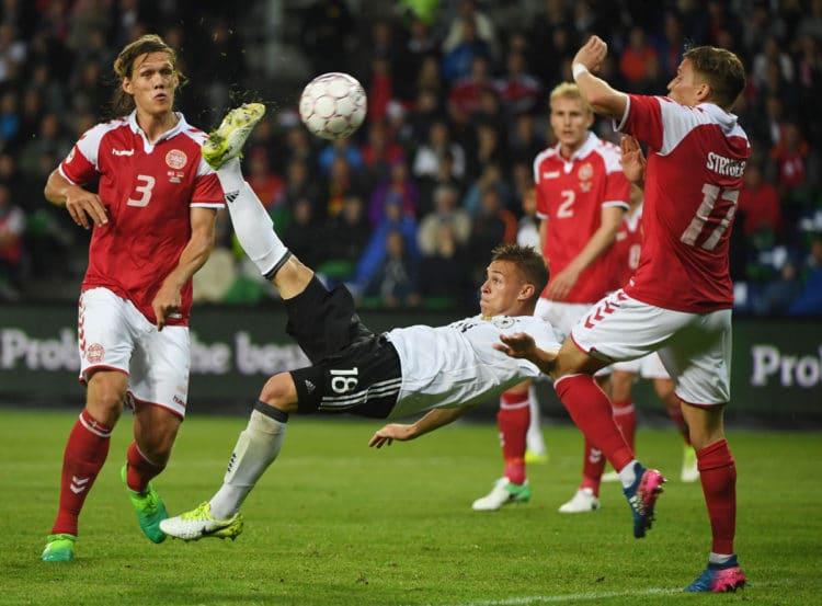Joshua Kimmich erzielt das 1:1 - Die Dänen Jannik Vestergaard (L) und Jens Stryger Larsen (R) können nur zuschauen / AFP PHOTO / PATRIK STOLLARZ