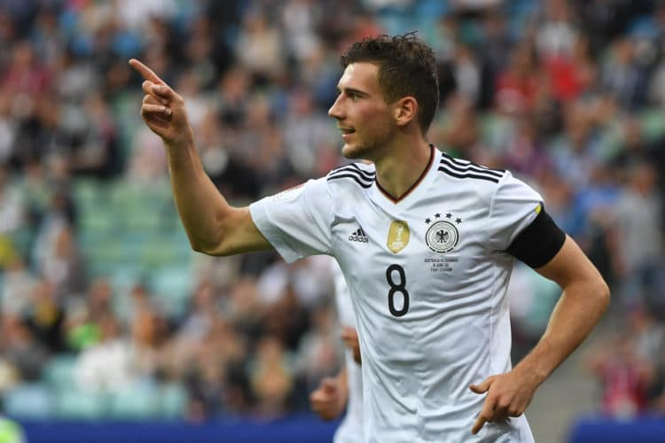 Er wäre sicherlich ein echter Transferhammer. Leon Goretzka von Schalke 04 wird bereits seit langem mit dem FC Bayern München in Verbindung gebracht. Hier ist er beim Confed-Cup 2017 für die Nationalmannschaft in Aktion zu sehen./ AFP PHOTO / Patrik STOLLARZ