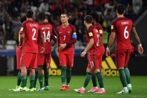 Portugal's Stürmer Cristiano Ronaldo (C) und seine Teamkollegen enttäuscht nach dem verlorenen confed cup halbfainle gegen Chile am 28.Juni 2017. / AFP PHOTO / Yuri CORTEZ